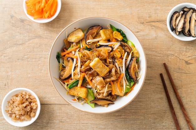 Roergebakken noedels met tofu en groenten - veganistische en vegetarische eetstijl