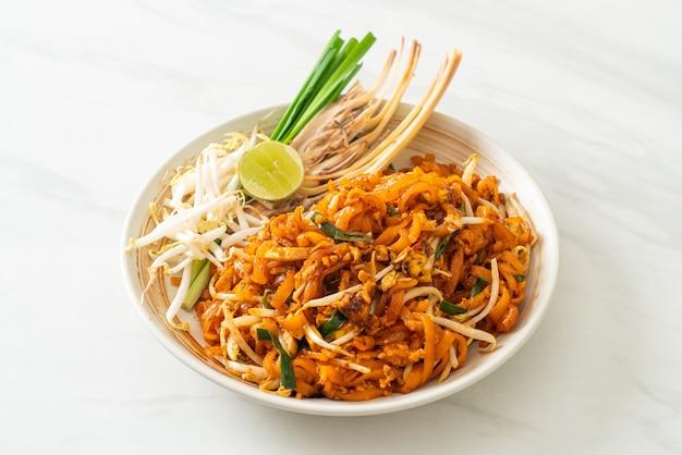Roergebakken noedels met tofu en spruitjes of pad thai - asian food style