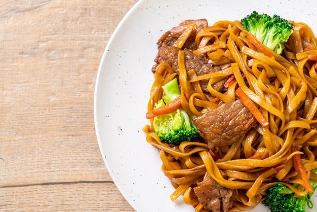 Roergebakken noedels met varkensvlees en groente