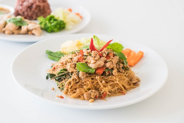 Roergebakken noodle, varkensvlees en basilicum