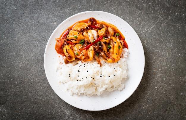 Roergebakken octopus of inktvis en koreaanse pittige pasta (osam bulgogi) met rijst