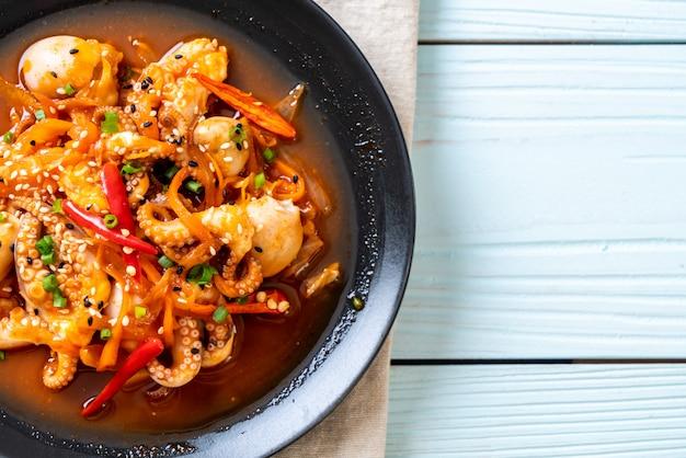 Roergebakken octopus of inktvis met koreaanse pittige pasta (osam bulgogi)