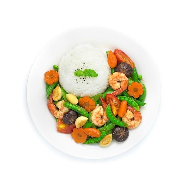 Roergebakken peultjes met garnalen, garnalen, gesneden wortelen, bloem en maïsvorm en knoflook, geserveerd met rijst