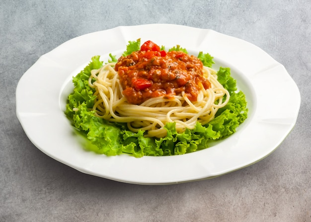 Roergebakken pittige spaghetti met gehakt varkensvlees en basilicum