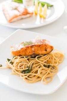 Roergebakken pittige spaghetti met zalm