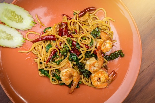 Roergebakken pittige spaghetti zeevruchten thaise gerechten in oranje schotel