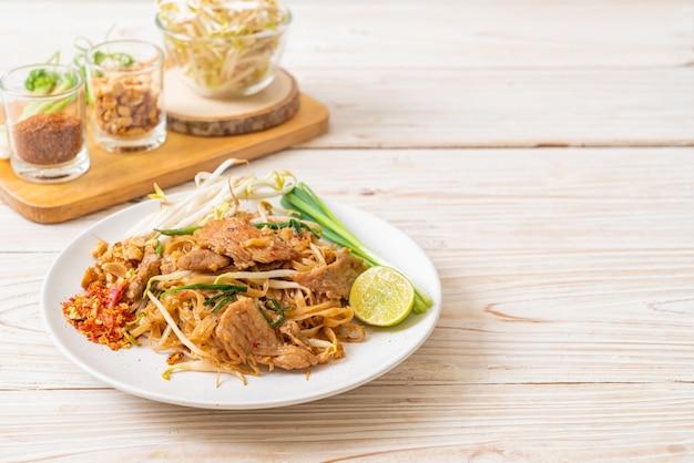 Roergebakken rijstnoedels met varkensvlees in aziatische stijl