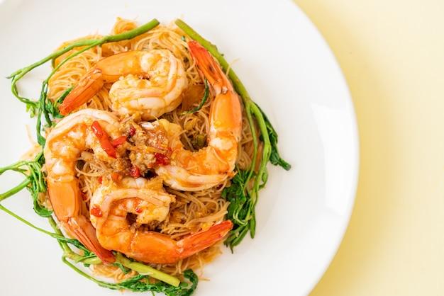 Roergebakken rijstvermicelli en watermimosa met garnalen