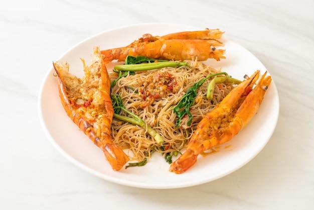 Roergebakken rijstvermicelli en watermimosa met riviergarnalen