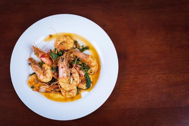 Roergebakken rode curry met garnalen, thais eten
