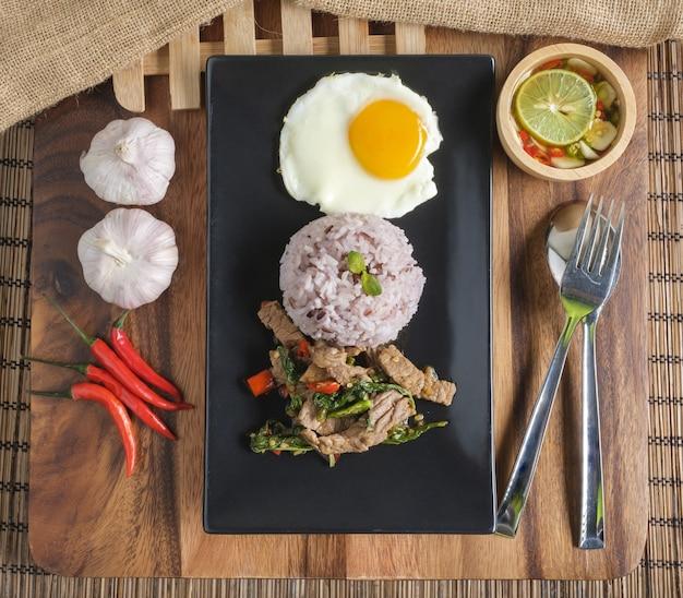 Roergebakken runderbasilicum met gebakken ei en rijstbessenrijst.