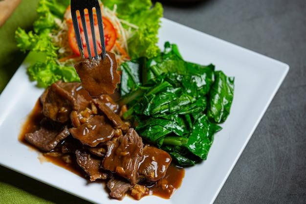 Roergebakken rundvlees in oestersaus en geserveerd.