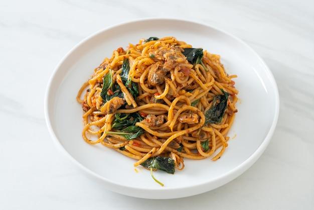 Roergebakken spaghetti met clam en chilli paste - fusion food style