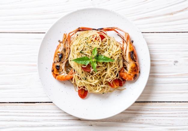 Roergebakken spaghetti met gegrilde garnalen en tomaten