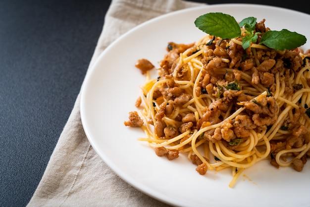Roergebakken spaghetti met gehakt varkensvlees en basilicum