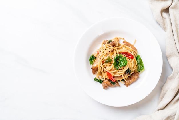 Roergebakken spaghetti met kip en basilicum achtergrond