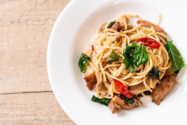 Roergebakken spaghetti met kip en basilicum