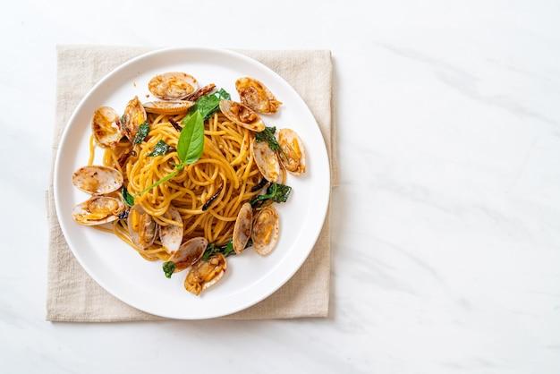 Roergebakken spaghetti met mosselen en knoflook en chili - fusion-stijl