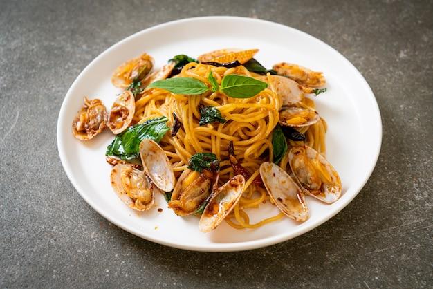 Roergebakken spaghetti met mosselen en knoflook en chili, fusion-voedselstijl