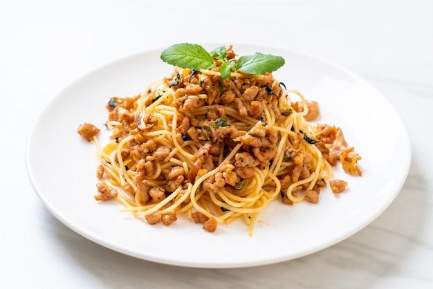 Roergebakken spaghetti met varkensgehakt en basilicum