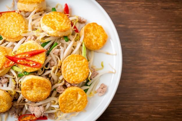 Roergebakken taugé, ei tofu en gehakt varkensvlees
