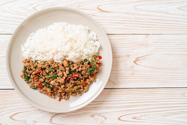 Roergebakken thaise basilicum met gehakt varkensvlees en chili op rijst, thaise lokale voedselstijl