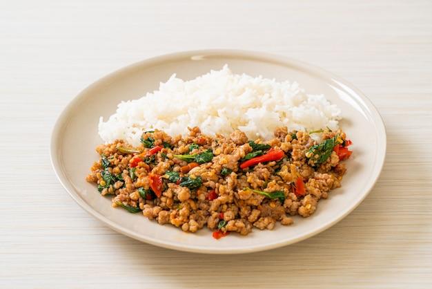 Roergebakken thaise basilicum met gehakt varkensvlees op rijst