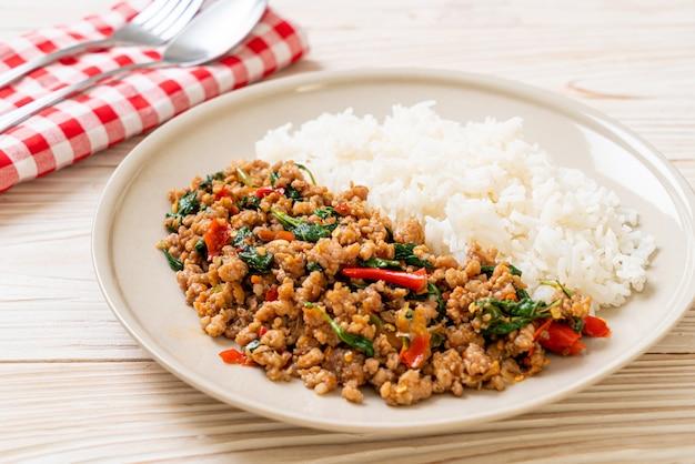 Roergebakken thaise basilicum met varkensgehakt op rijst