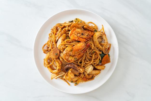 Roergebakken tom yum zeevruchten gedroogde spaghetti - fusion food style