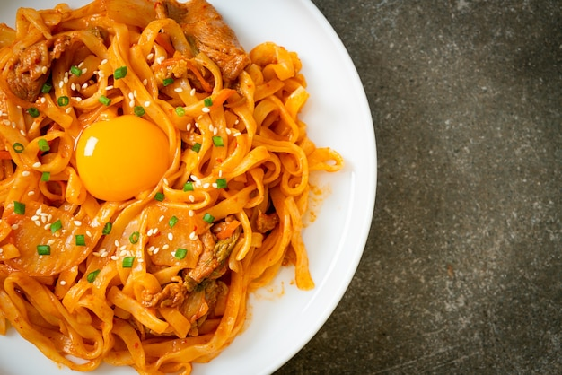 Roergebakken udon noedels met kimchi en varkensvlees - koreaans eten