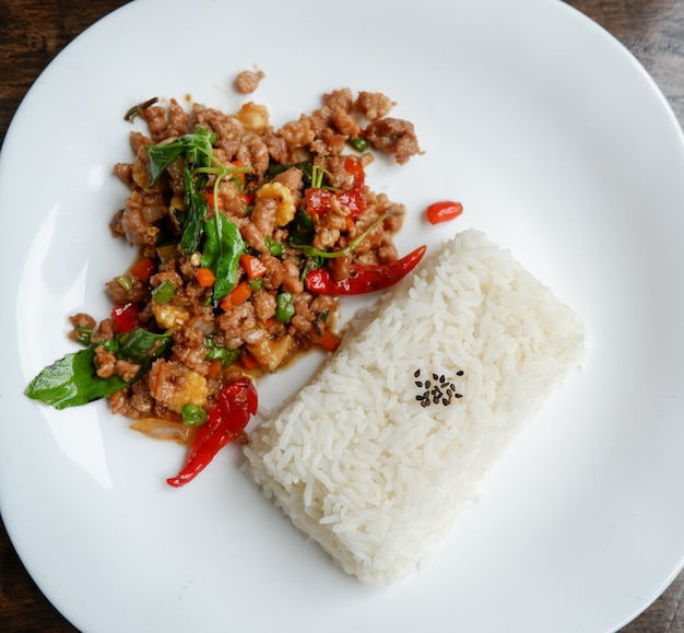 Roergebakken varkensvlees basilicum / thaise stijl gekruide voedsel heilige basilicum varkensvlees gebakken rijst recept (phat kra