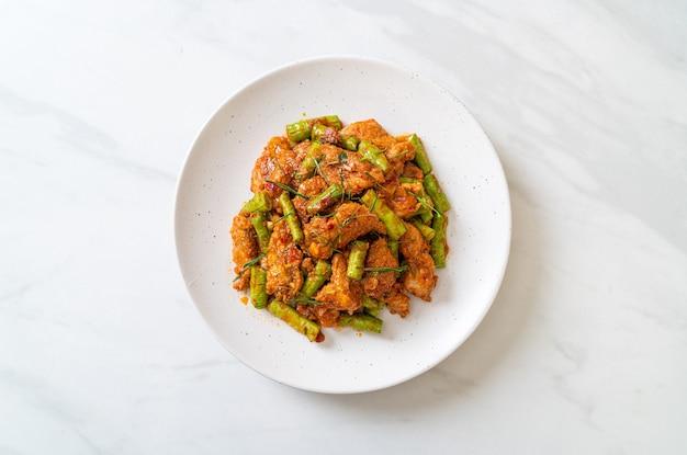 Roergebakken varkensvlees en rode currypasta met brandboon. aziatische eetstijl