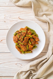 Roergebakken varkensvlees en rode currypasta met brandboon
