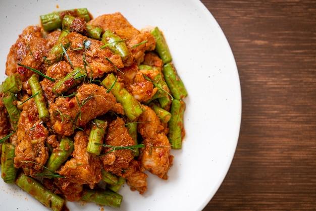Roergebakken varkensvlees en rode currypasta met snijboon