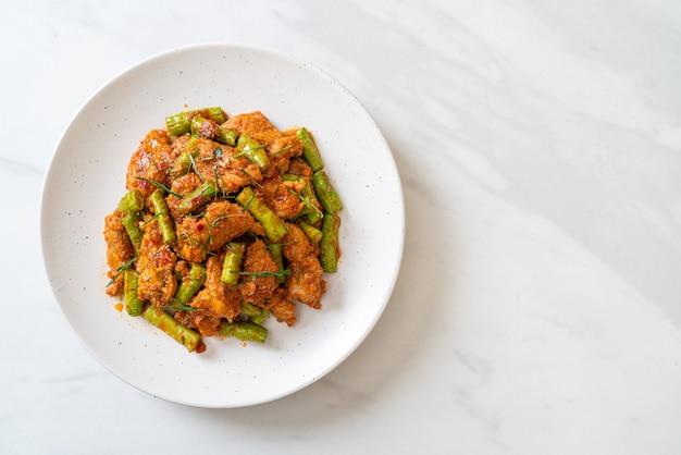 Roergebakken varkensvlees en rode currypasta met stekboon - aziatisch eten