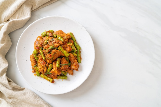 Roergebakken varkensvlees en rode currypasta met stekboon