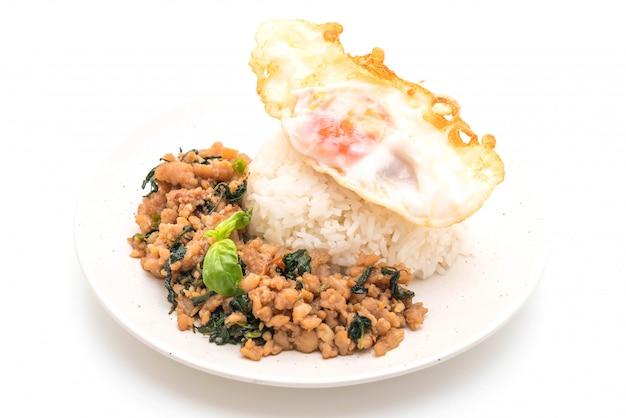 Roergebakken varkensvlees met basilicum op rijst en gebakken ei