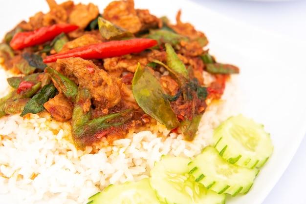 Roergebakken varkensvlees met chilipasta op rijst