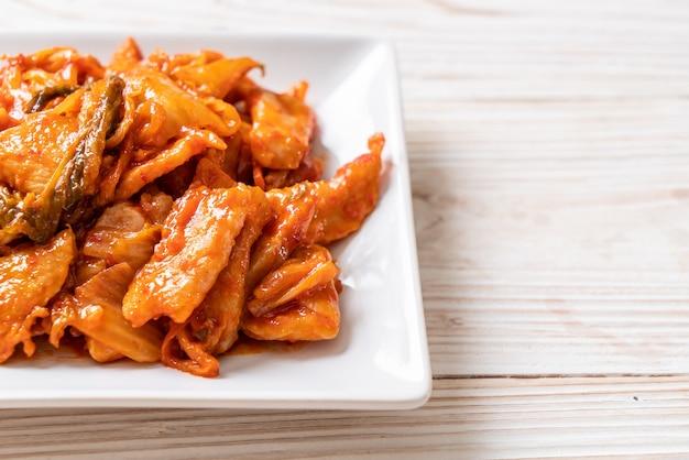 Roergebakken varkensvlees met kimchi - koreaanse voedselstijl