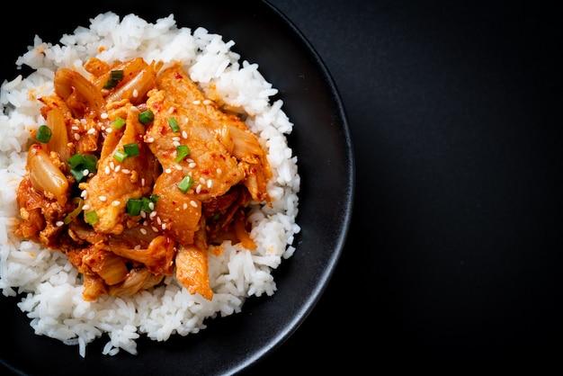 Roergebakken varkensvlees met kimchi op belegde rijst