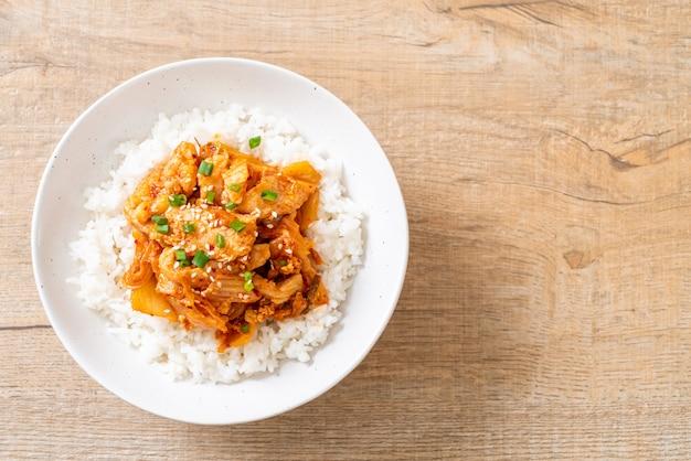 Roergebakken varkensvlees met kimchi op rijst