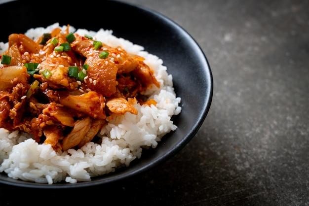 Roergebakken varkensvlees met kimchi op topping rijst