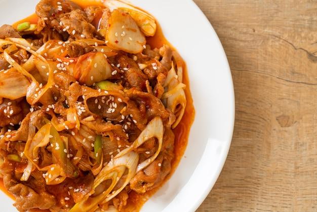 Roergebakken varkensvlees met koreaanse pittige pasta en kimchi - koreaanse eetstijl