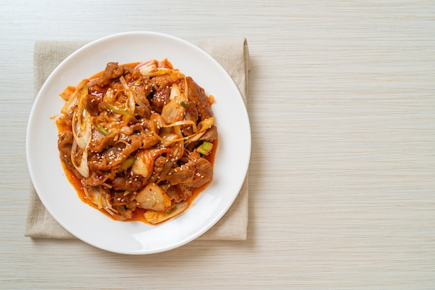 Roergebakken varkensvlees met koreaanse pittige pasta en kimchi - korean food style