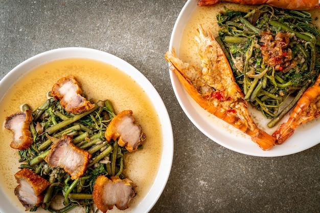 Roergebakken watermimosa met knapperig buikspek en riviergarnalen op plaat