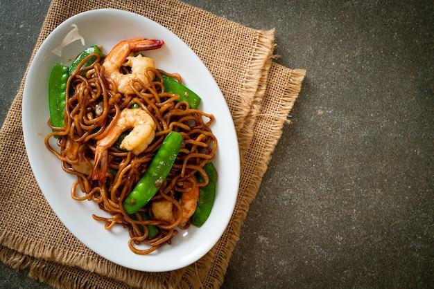 Roergebakken yakisoba-noedels met doperwtjes en garnalen - aziatisch eten