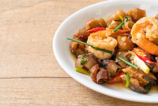 Roergebakken zeekomkommer met garnalen