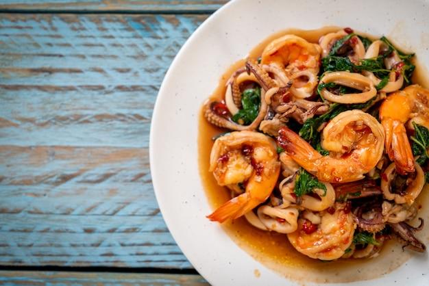 Roergebakken zeevruchten (garnalen en inktvis) met thaise basilicum - aziatische eetstijl