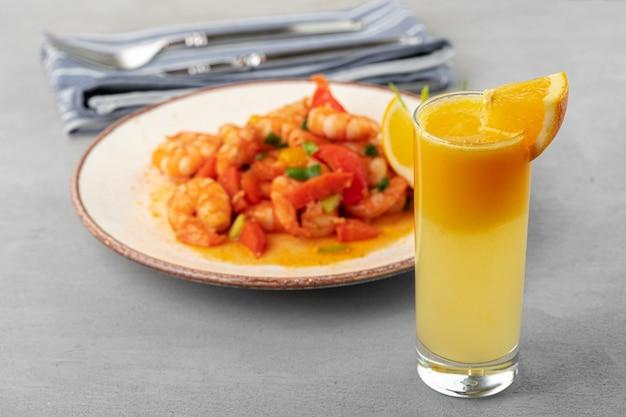 Roergebakken zeevruchten met saus op plaat met servet close-up
