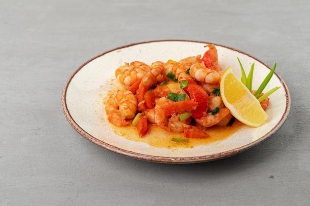 Roergebakken zeevruchten met saus op plaat met servet